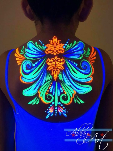 chicago_face_paint_glow_in_the_dark_uv_neon_girl_design_teardrops_back_wings_.jpg